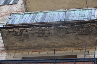 старый разрушающийся балкон