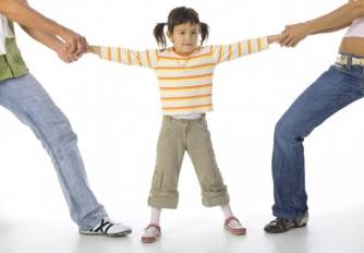 Ребенка тянут за руки в разные стороны