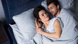 женщина и мужчина спят