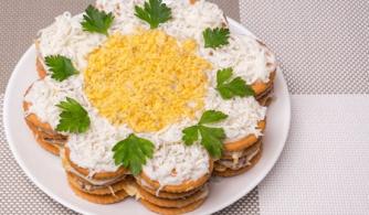 Рецепт дня: закусочный торт-салат из крекеров