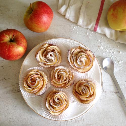 Рецепт дня: «Розочки» из слоеного теста с яблоками фото