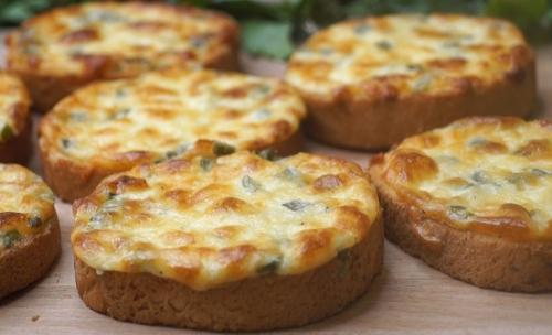 Рецепт дня: хрустящие бутерброды с сыром и сметаной в духовке фото