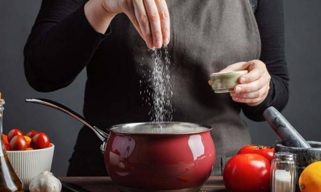 Когда нужно солить блюдо - хозяйке на заметку фото