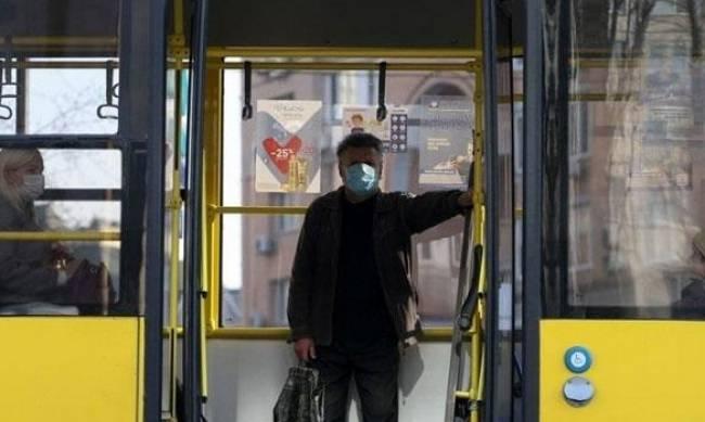 В Запорожье пассажиры вышвырнули из автобуса мужчину, потому что в салоне не было лишних мест фото