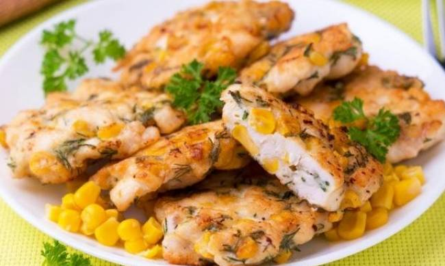 Рецепт дня: куриные оладьи с кукурузой и зеленым луком фото