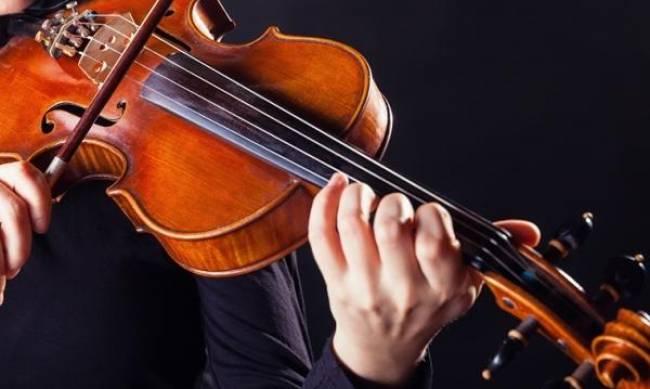 Виртуозный скрипач дал уличный концерт в Мелитополе  фото