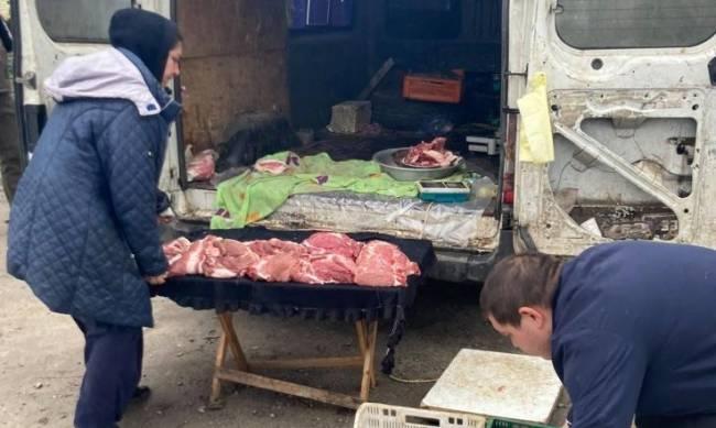 Никакой санитарии: стихийщик торговал мясом и рыбой с авто фото