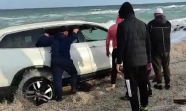 На пляже в Кирилловке спасали внедорожник фото