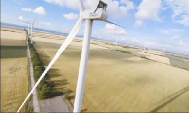 В Запорожской области показали полет над ветряками самой крупной ВЭС в Украине фото