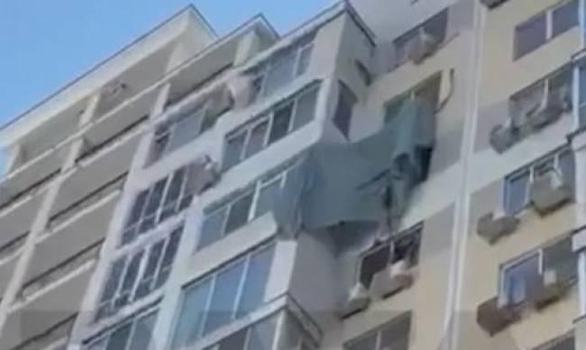 Немного не рассчитал: в России парашютист приземлился на кондиционер на 13-м этаже фото