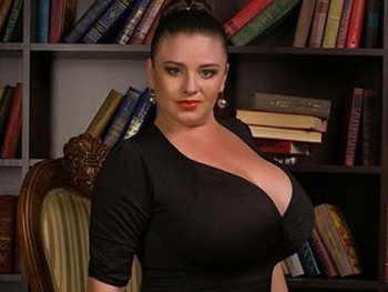 Показала свою огромную грудь
