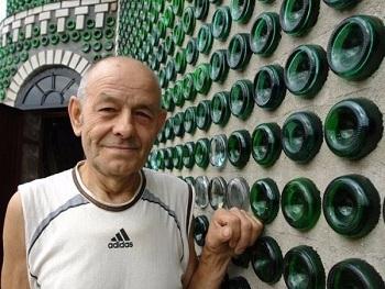 Запоросжкий пенсионер построил дом из бутылок