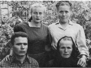 На фото 1949 г.: внизу - Иван Филонов и его мать Фекла Касьяновна, вверху слева - жена Полина, справа - сестра Нина.