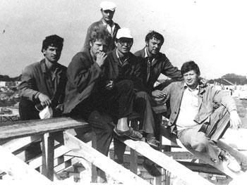 Б. Мукасеев (в центре) с плотниками на крыше строящегося дома № 27 в с. Право Жовтня. Июль 1986 г.