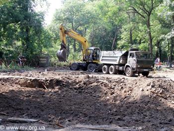 В мелитопольском парке роют яму для пруда