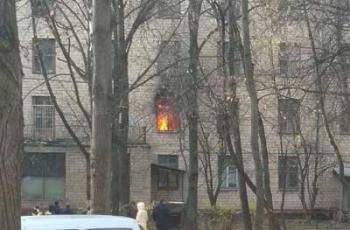 Валит черный дым, а люди зовут на помощь: в Москве горит гостиница